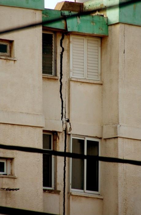 נזק לבניין מרעידת אדמה בישראל 2011 (צילום: אפי אליאן)